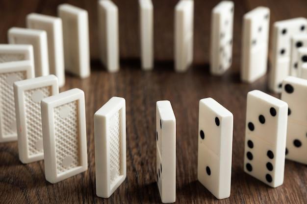 Domino bianco su legno marrone