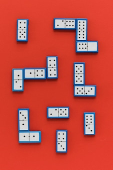 Domino vista dall'alto su sfondo rosso
