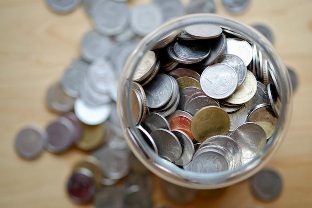 Dona barattolo e monete.