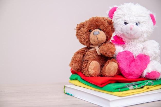 Dona una scatola con vestiti per bambini, libri, materiale scolastico e giocattoli.