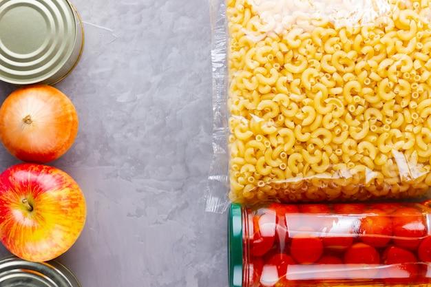 Donazioni di cibo. forniture alimentari. vista dall'alto. copia spazio