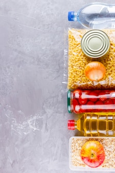 Donazioni di cibo. forniture alimentari. vista dall'alto