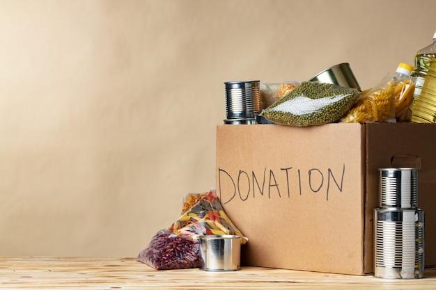 Donazioni di cibo sul tavolo. donazione di testo. avvicinamento.