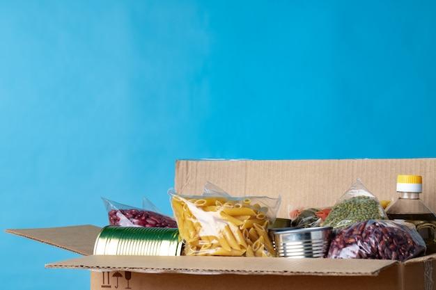 Donazioni di cibo sul tavolo. donazione di testo.