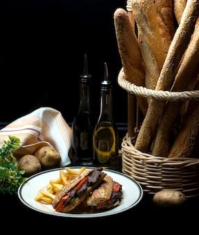 Doner di carne con pomodoro e patatine fritte