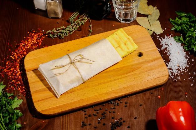 Doner kebab gyros shawarma manzo roll in pitta bread avvolgere il panino su fondo in legno