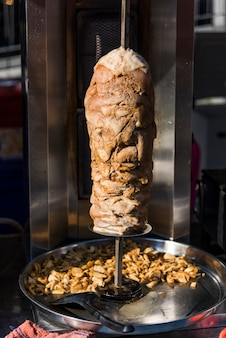 Doner kebab in uno spiedo di torrefazione