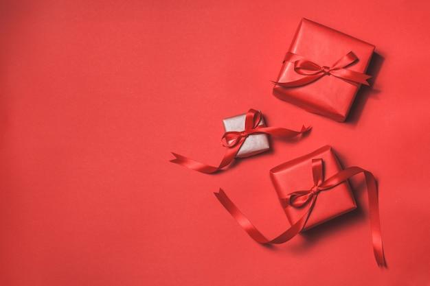 Doni rossi con una cravatta rossa su sfondo rosso