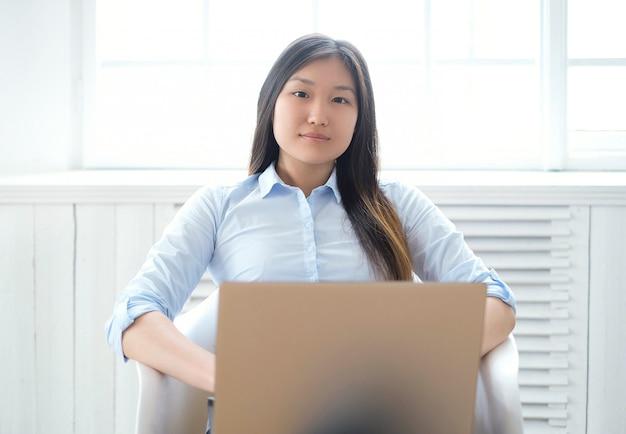 Donna a casa con il computer portatile