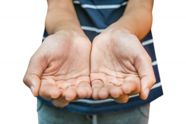 Donna a coppa mani vuota dando qualcosa