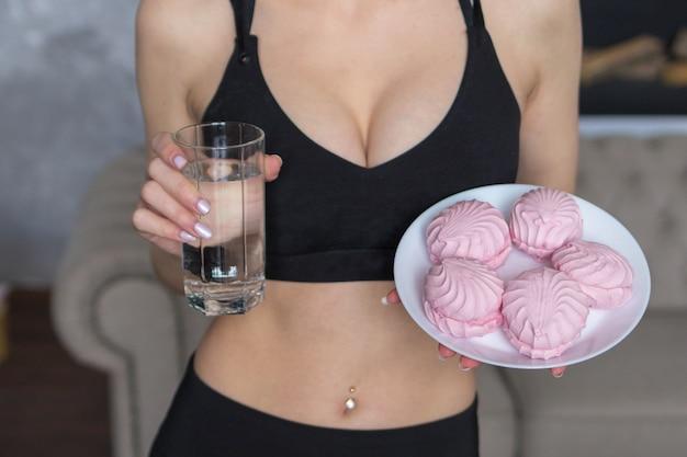 Donna a digiuno, la donna sceglie tra acqua e dolci