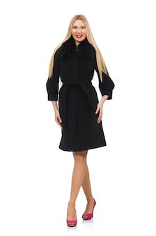 Donna abbastanza bionda in cappotto nero isolato su bianco