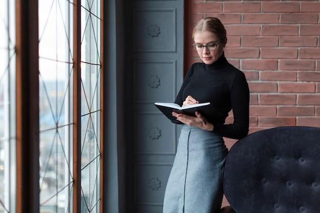 Donna accanto alla lettura della finestra