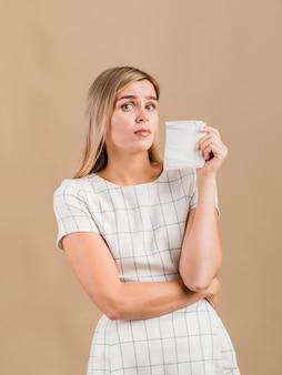 Donna accigliata e in possesso di un pad
