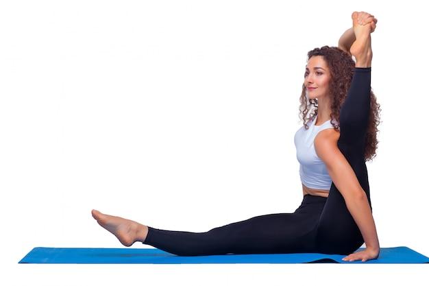 Donna adatta dei giovani che fa gli esercizi di yoga.