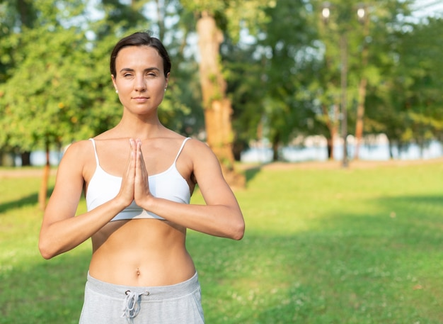 Donna adatta vista frontale meditando