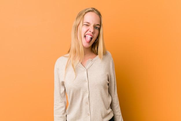 Donna adolescente carina e naturale divertente e amichevole che attacca fuori lingua.