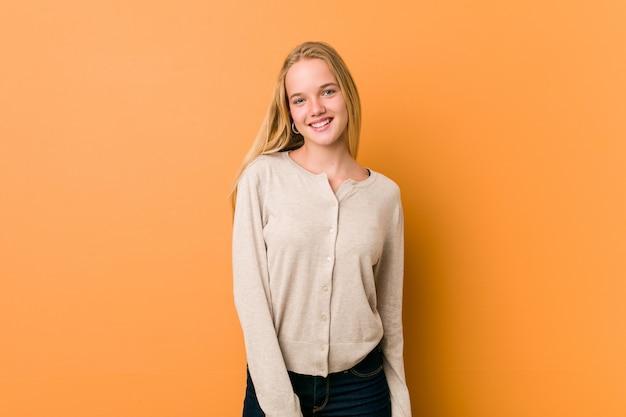 Donna adolescente carina e naturale felice, sorridente e allegra.