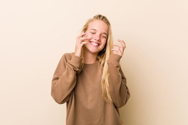 Donna adolescente carina e naturale gioiosa ridere molto. concetto di felicità.