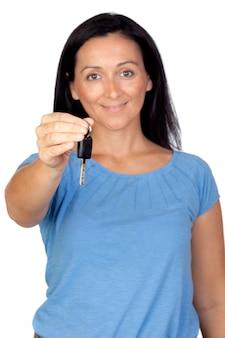 Donna adorabile che fornisce una chiave isolata su una priorità bassa eccessiva bianca