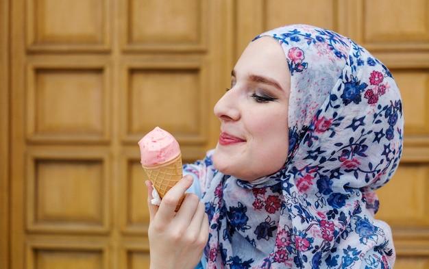 Donna adorabile che gode del gelato
