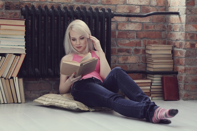 Donna adorabile che legge un libro