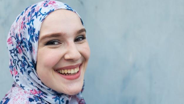 Donna adorabile con hijab fiorito