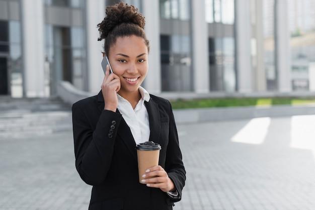 Donna adorabile di affari che parla sul telefono