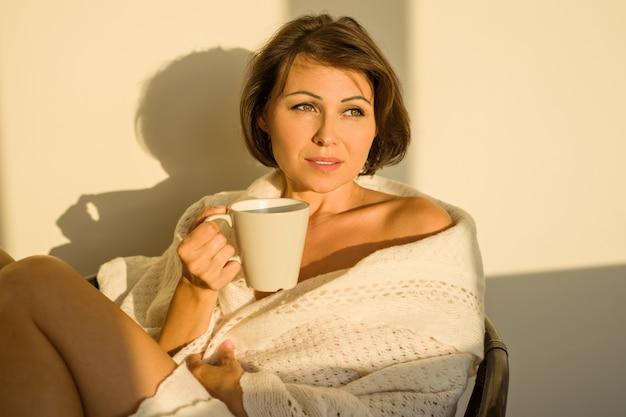Donna adulta a casa seduto sulla sedia
