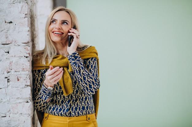 Donna adulta che parla al telefono