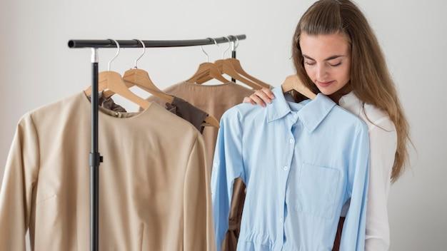 Donna adulta che prova i vestiti