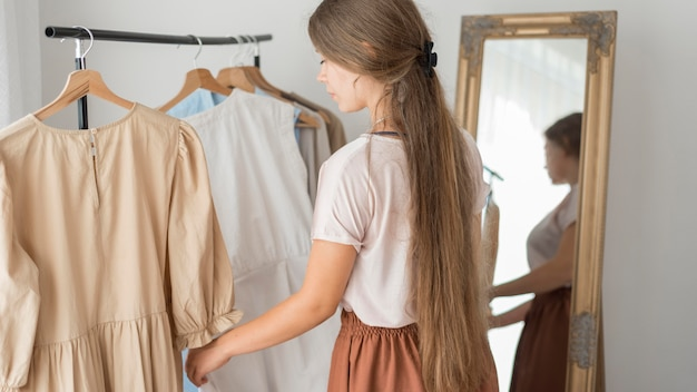 Donna adulta che prova nuovi vestiti