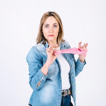Donna adulta con guanti di gomma