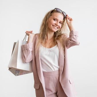 Donna adulta di smiley soddisfatta dei sacchetti della spesa