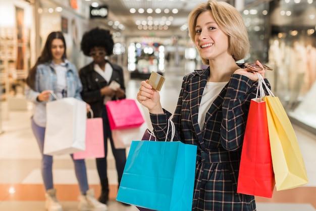 Donna adulta orgogliosa di fare shopping