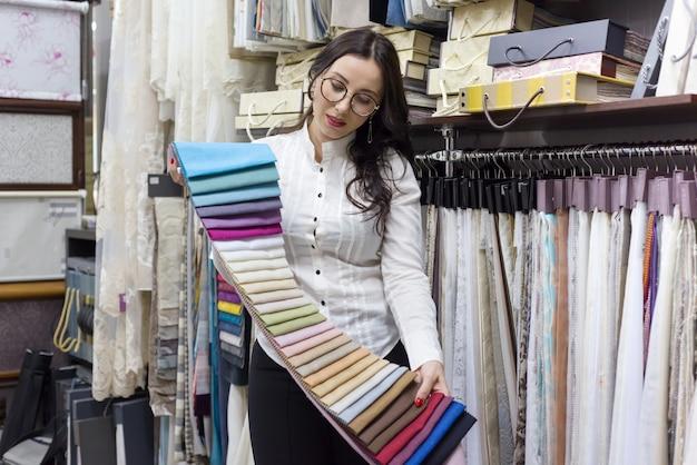 Donna adulta proprietaria del negozio di tessuti per interni