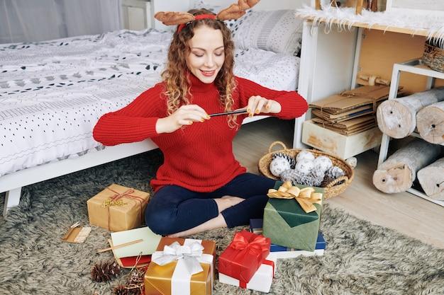 Donna affascinante che cattura le foto dei regali