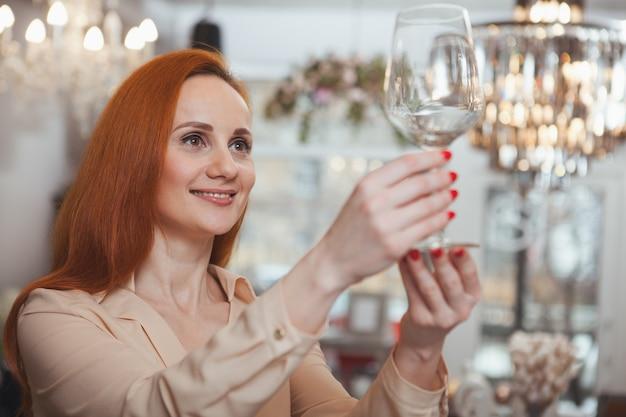 Donna affascinante che gode dello shopping a casa negozio di arredamento