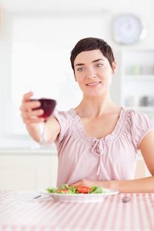 Donna affascinante che tosta con vino