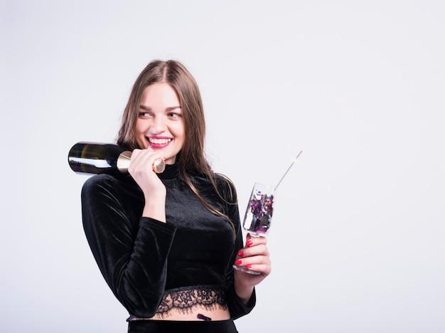 Donna affascinante con champagne in festa