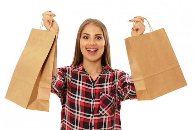 Donna affascinante felice con i sacchetti della spesa
