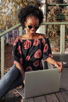 Donna africana casuale che lavora fuori