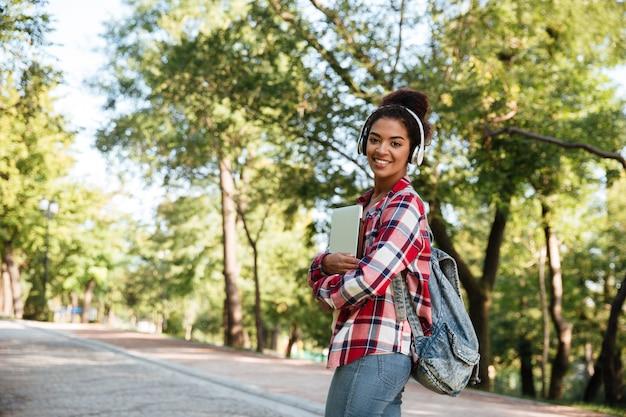 Donna africana che cammina all'aperto nel parco