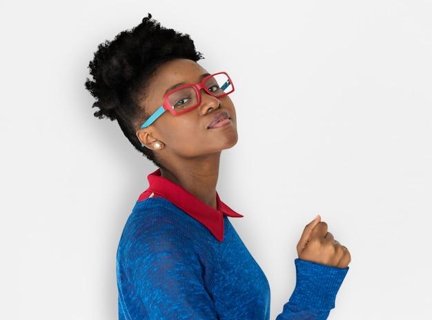 Donna africana con gli occhiali staring