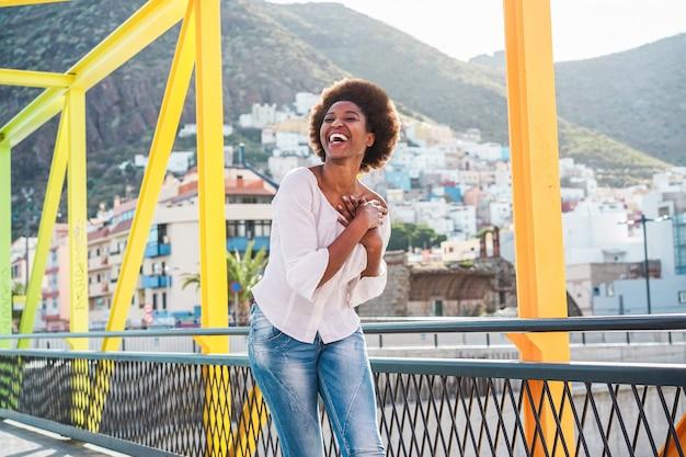 Donna africana divertendosi camminando intorno alla città all'aperto