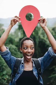 Donna afro-americana con un simbolo di checkpoint
