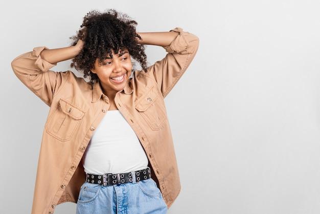 Donna afro-americana in posa moda