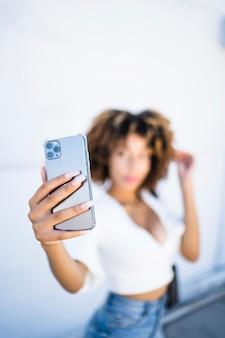 Donna afro-americana utilizzando il telefono cellulare