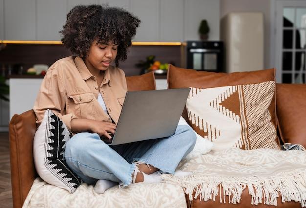 Donna afroamericana che lavora al computer portatile