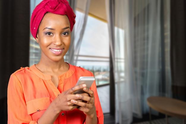 Donna afroamericana che parla e che manda un sms